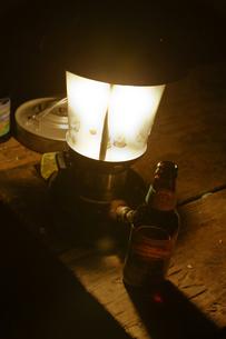 テーブル上のランタンの写真素材 [FYI04254701]