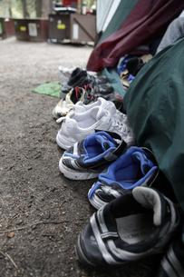 テントの外に脱いだ子どもの靴の写真素材 [FYI04254763]