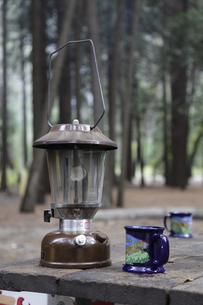 キャンプ場のテーブルに置かれたランタンの写真素材 [FYI04254765]