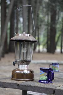 キャンプ場のテーブルに置かれたランタンの写真素材 [FYI04254769]