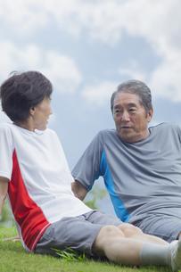 芝生に座る夫婦の写真素材 [FYI04255156]