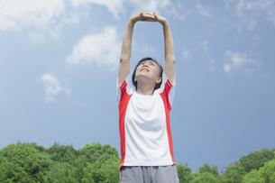 体操をするシニアの女性の写真素材 [FYI04255160]