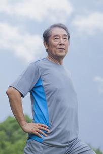 体操をするシニアの男性の写真素材 [FYI04255174]