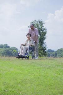 車椅子で散歩をする夫婦の写真素材 [FYI04255371]