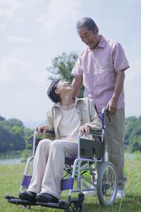 車椅子で散歩をする夫婦の写真素材 [FYI04255376]