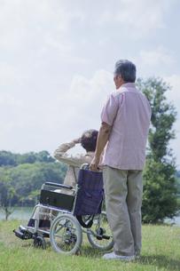 車椅子で散歩をする夫婦の写真素材 [FYI04255379]