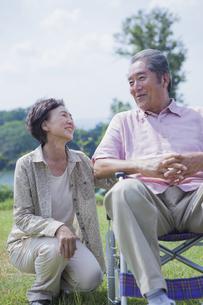 笑顔で会話をする夫婦の写真素材 [FYI04255383]