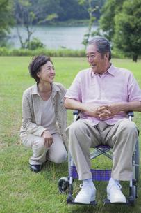 笑顔で会話をする夫婦の写真素材 [FYI04255384]