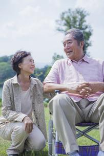 笑顔で会話をする夫婦の写真素材 [FYI04255385]