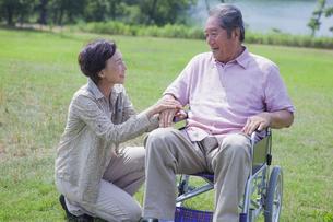 笑顔で会話をする夫婦の写真素材 [FYI04255387]