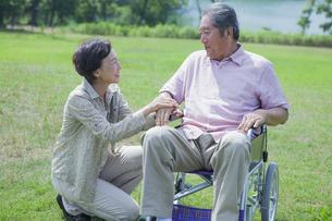 笑顔で会話をする夫婦の写真素材 [FYI04255388]
