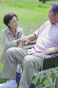 笑顔で会話をする夫婦の写真素材 [FYI04255391]