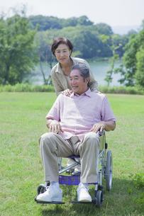 車椅子で散歩をする夫婦の写真素材 [FYI04255393]