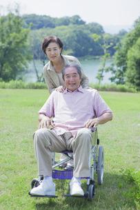 車椅子で散歩をする夫婦の写真素材 [FYI04255395]