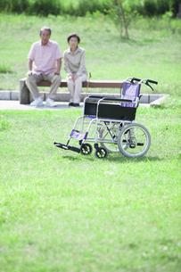 車椅子とシニアのイメージの写真素材 [FYI04255428]