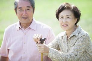 杖を握るシニアの写真素材 [FYI04255435]