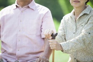杖を握るシニアの写真素材 [FYI04255439]