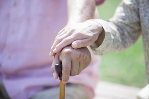 杖を握るシニアの写真素材 [FYI04255443]