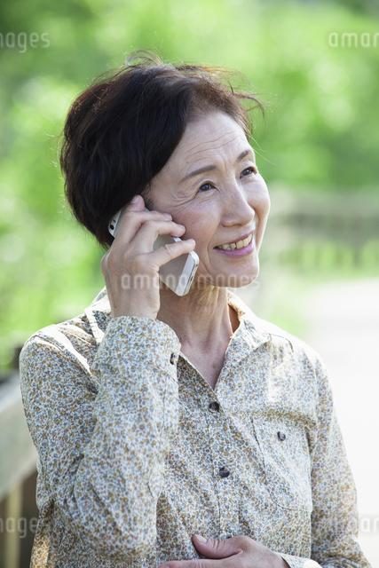 電話をするシニアの女性の写真素材 [FYI04255472]