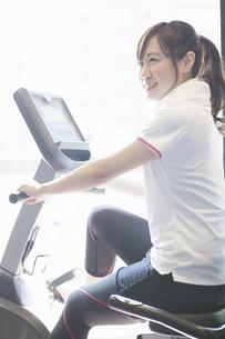 トレーニングをする女性の写真素材 [FYI04255482]