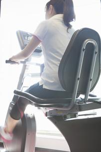 トレーニングをする女性の写真素材 [FYI04255487]