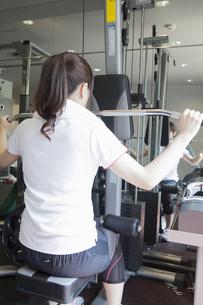 トレーニングをする女性の写真素材 [FYI04255498]