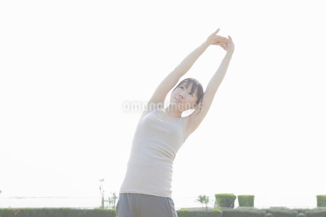体操をする女性の写真素材 [FYI04255513]