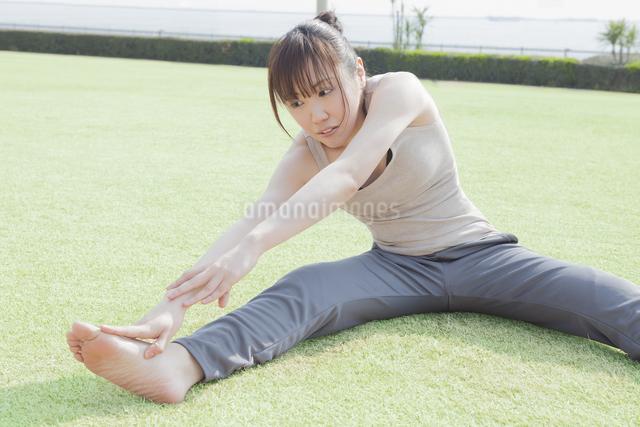 体操をする女性の写真素材 [FYI04255520]