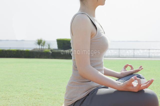 ヨガをする女性の写真素材 [FYI04255521]