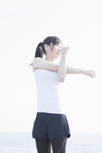 準備運動をする女性の写真素材 [FYI04255522]