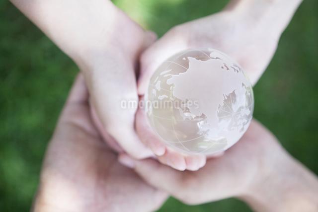 地球を持つ手の写真素材 [FYI04255756]
