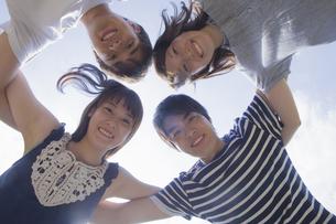 円陣を組む若者達の写真素材 [FYI04255870]