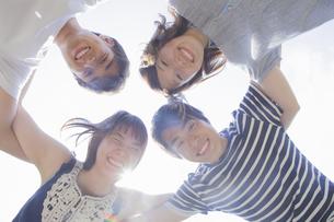 円陣を組む若者達の写真素材 [FYI04255872]