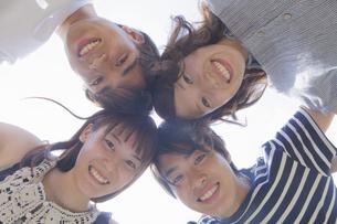 円陣を組む若者達の写真素材 [FYI04255873]