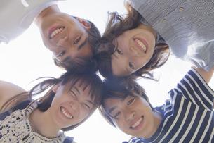 円陣を組む若者達の写真素材 [FYI04255874]