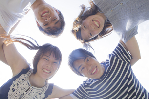 円陣を組む若者達の写真素材 [FYI04255876]
