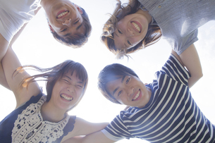 円陣を組む若者達の写真素材 [FYI04255877]