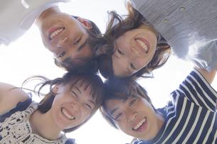 円陣を組む若者達の写真素材 [FYI04255880]