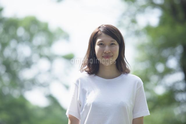 微笑む女子学生の写真素材 [FYI04255933]
