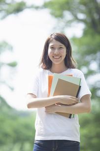 微笑む女子学生の写真素材 [FYI04255939]