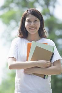 微笑む女子学生の写真素材 [FYI04255940]