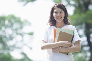 微笑む女子学生の写真素材 [FYI04255941]
