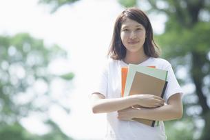 微笑む女子学生の写真素材 [FYI04255942]