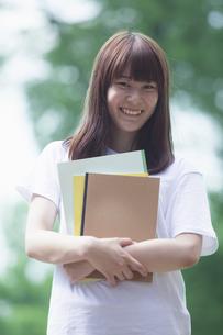 にこやかな女子学生の写真素材 [FYI04255972]