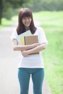 にこやかな女子学生の写真素材 [FYI04255973]