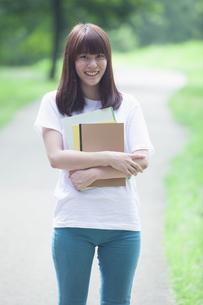 にこやかな女子学生の写真素材 [FYI04255975]