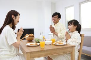 朝食を食べる家族の写真素材 [FYI04256147]