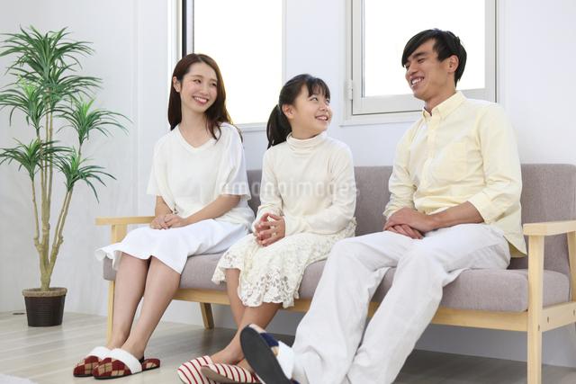 団らんする家族の写真素材 [FYI04256161]