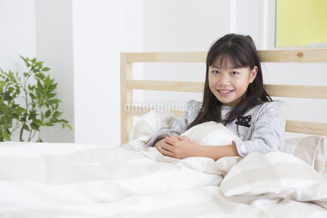起床する子供の写真素材 [FYI04256223]