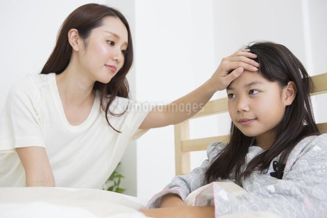 起床する子供の写真素材 [FYI04256228]